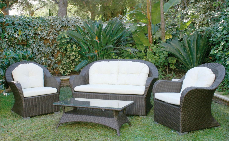 Conjunto de jardín formado por sofás, sillones y mesa ...