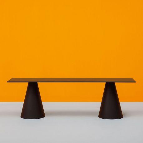 Banco Ikon bench de Pedrali. Negro, lineal y simple